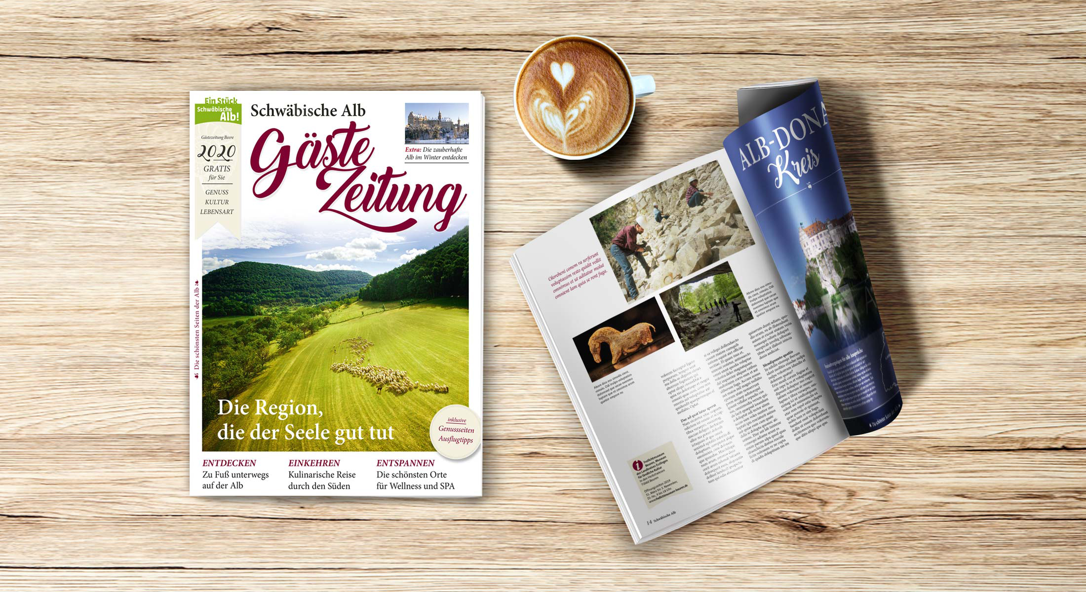 Gästezeitung Schwäbische Alb, liegt aufgeschlagen auf Tisch neben einer Tasse Cappuccino