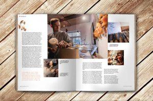 Aufgeschlagene Doppelseite des Magazins Waldrausch - Das Beste aus der Heimat des Maskenschnitzer und Architekt Mathias Aiple bei der Bearbeitung einer Maske aus Holz für die Fasnet in Rottweil zeigt