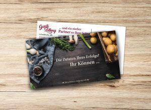 Maxipostkarte mit kulinarischem Motiv auf Tisch liegend