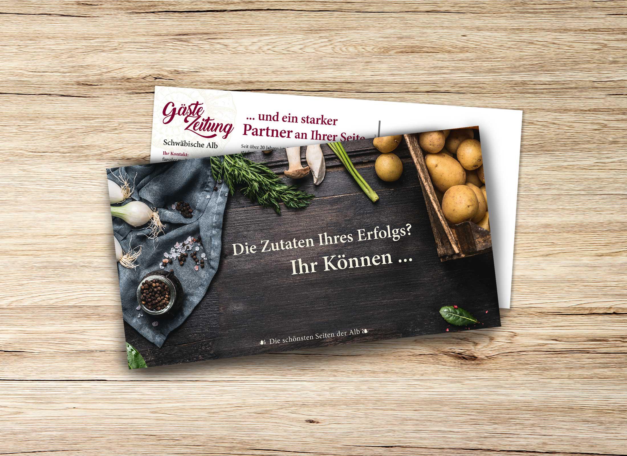 Maxipostkarte für Mailing Gästezeitung Schwäbische Alb mit kulinarischem Motiv auf Tisch liegend