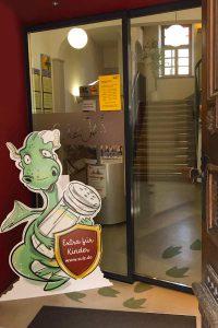 Aufsteller mit Illustration Salzdrache am Eingang des Rathaus Sulz