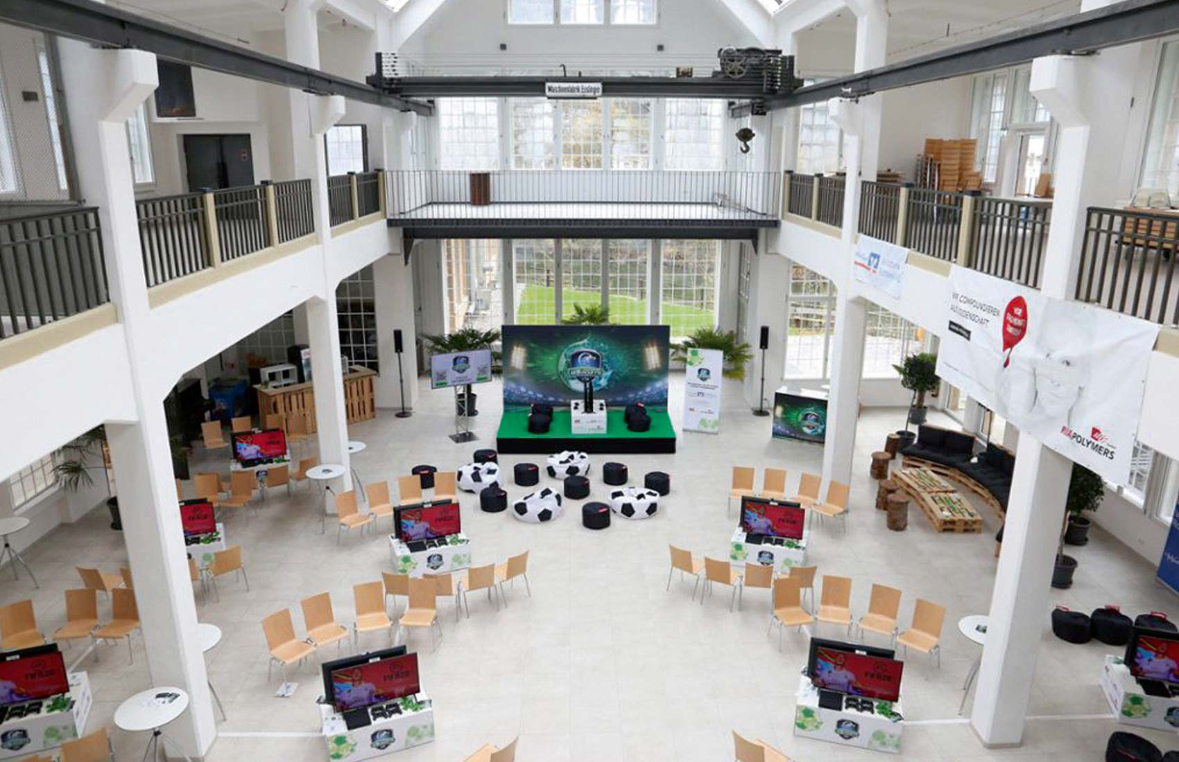 Bild der leeren Pulverfabrik Rottweil mit Messewand, Roll-Ups und Theken für die eSports Veranstaltung des Schwarzwälder Boten